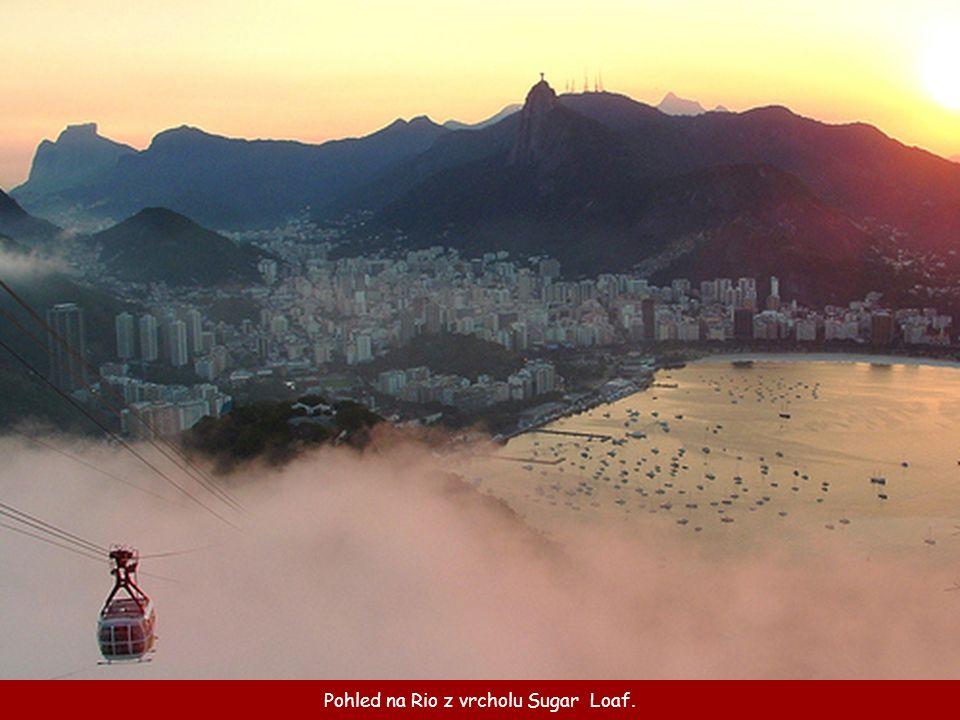 Při bližším pohledu je také vidět silniční serpentýna vedoucí k vrcholu hory Corcovado