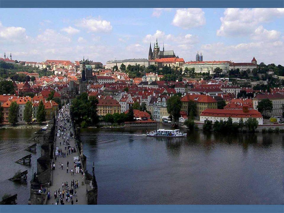 Historické jádro Prahy je ve světě neobvyklý soubor městských staveb, kde se prolínají architektonické slohy od románského přes gotiku, renesanci, baroko až po kubismus nebo funkcionalismus.