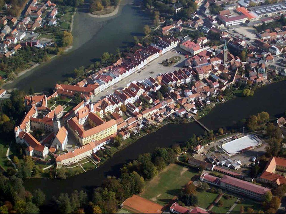 Historické jádro Telče je ceněné pro své renesanční náměstí s podloubím a pozdně gotický zámek.