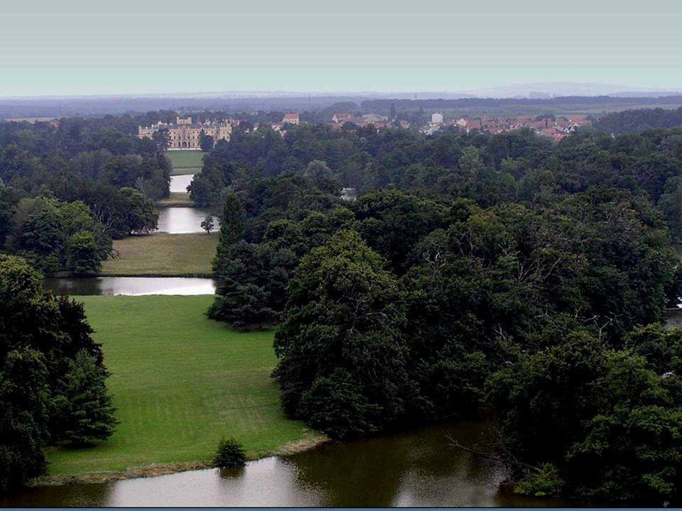 V areálu na jižní Moravě mezi obcemi Lednice a Valtice se kloubí barokní architektura s lednickým a valtickým gotickým zámkem; krajinné úpravy vycházejí z anglických parků.