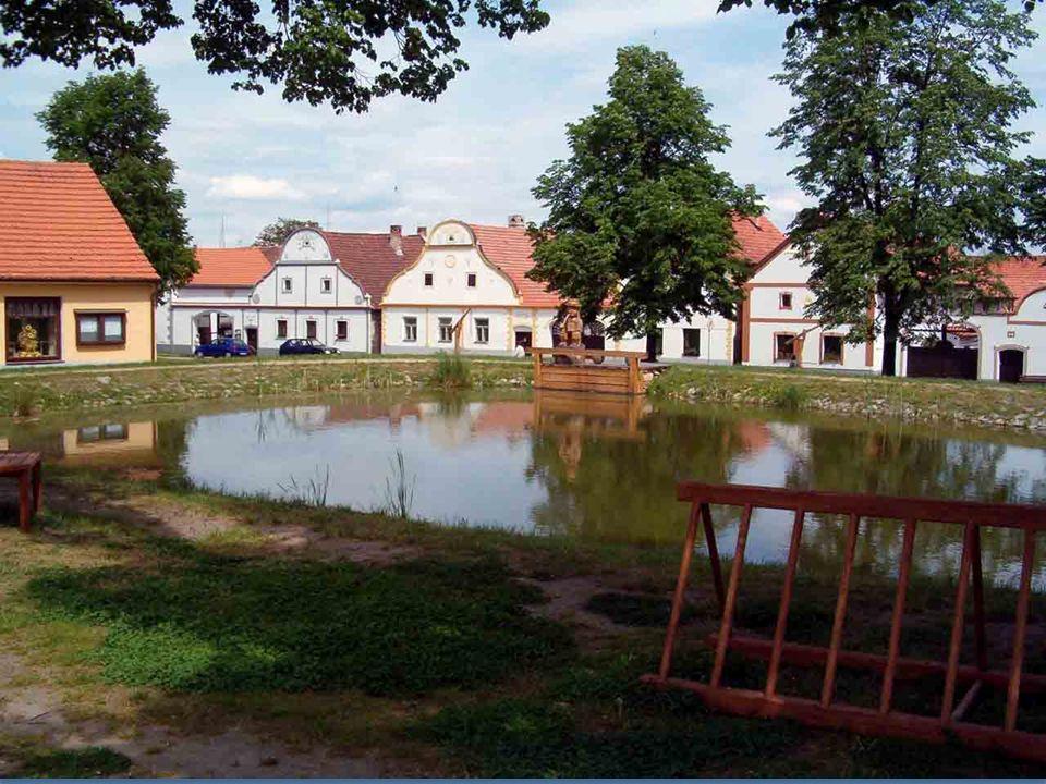Stavební soubor 17 statků u obce Holašovice v oblasti jižní Čechy s typickými štíty je příkladem mimořádně zachované tradiční vesnice ve střední Evropě s množstvím dobře udržovaných domů postavených ve stylu jihočeského baroka.