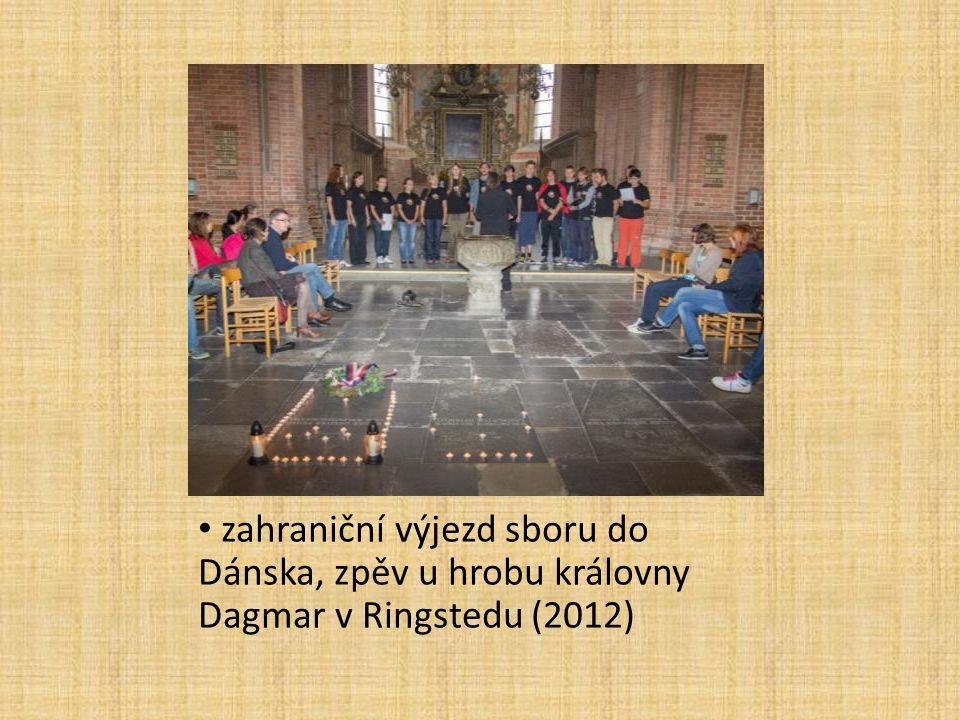 zahraniční výjezd sboru do Dánska, zpěv u hrobu královny Dagmar v Ringstedu (2012)