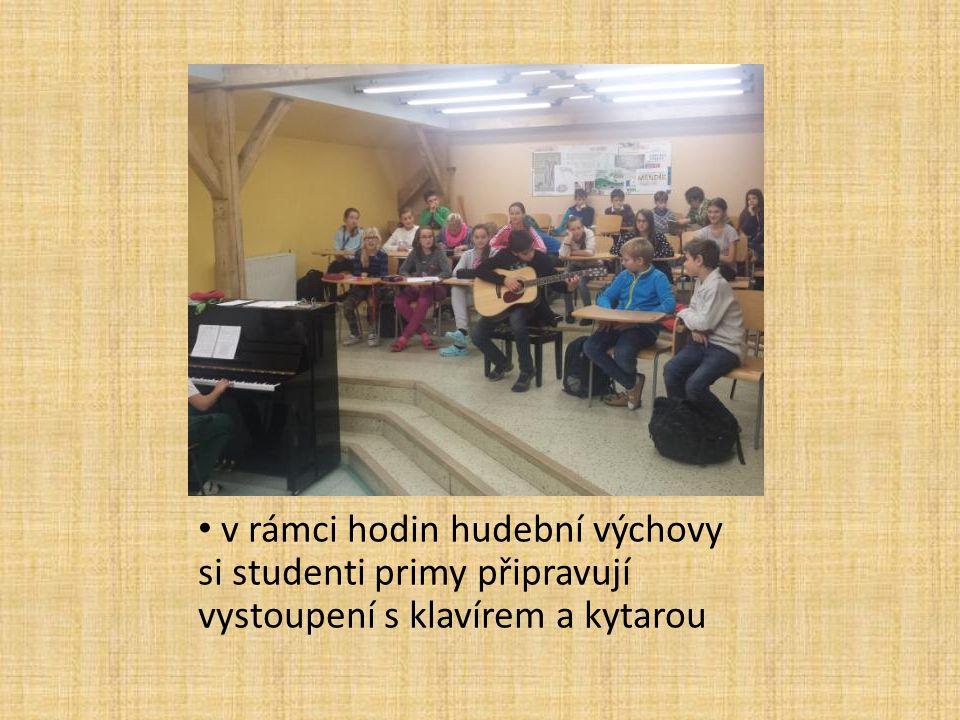 v rámci hodin hudební výchovy si studenti primy připravují vystoupení s klavírem a kytarou