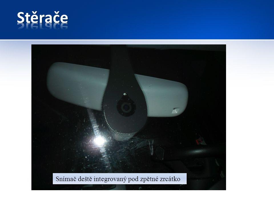 Snímač deště integrovaný pod zpětné zrcátko