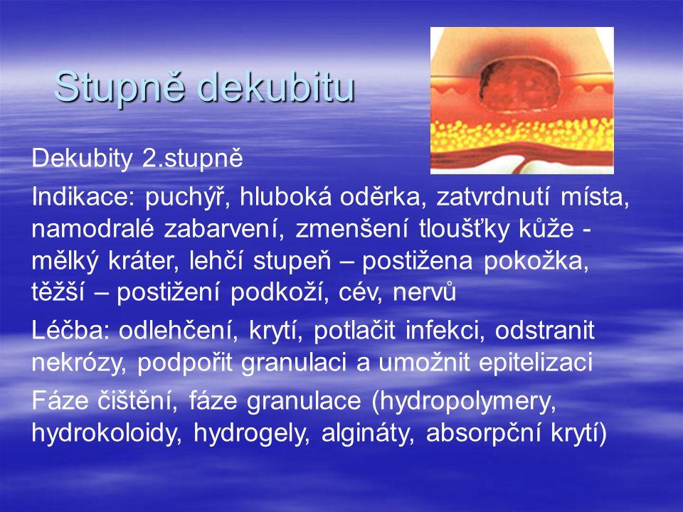 Stupně dekubitu Dekubity 2.stupně Indikace: puchýř, hluboká oděrka, zatvrdnutí místa, namodralé zabarvení, zmenšení tloušťky kůže - mělký kráter, lehčí stupeň – postižena pokožka, těžší – postižení podkoží, cév, nervů Léčba: odlehčení, krytí, potlačit infekci, odstranit nekrózy, podpořit granulaci a umožnit epitelizaci Fáze čištění, fáze granulace (hydropolymery, hydrokoloidy, hydrogely, algináty, absorpční krytí)