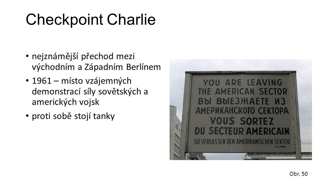 Checkpoint Charlie nejznámější přechod mezi východním a Západním Berlínem 1961 – místo vzájemných demonstrací síly sovětských a amerických vojsk proti