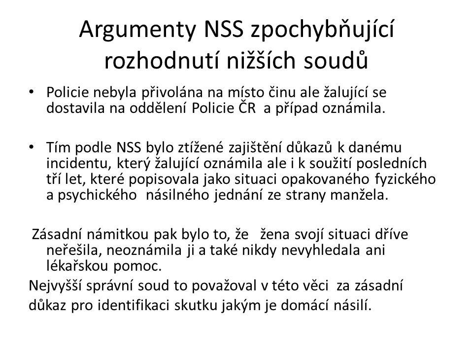 Argumenty NSS zpochybňující rozhodnutí nižších soudů Policie nebyla přivolána na místo činu ale žalující se dostavila na oddělení Policie ČR a případ oznámila.