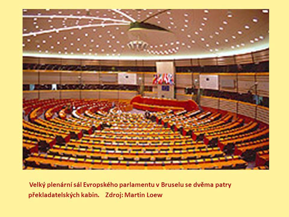 Velký plenární sál Evropského parlamentu v Bruselu se dvěma patry překladatelských kabin.