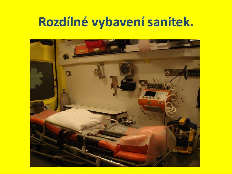 Rozdílné vybavení sanitek.