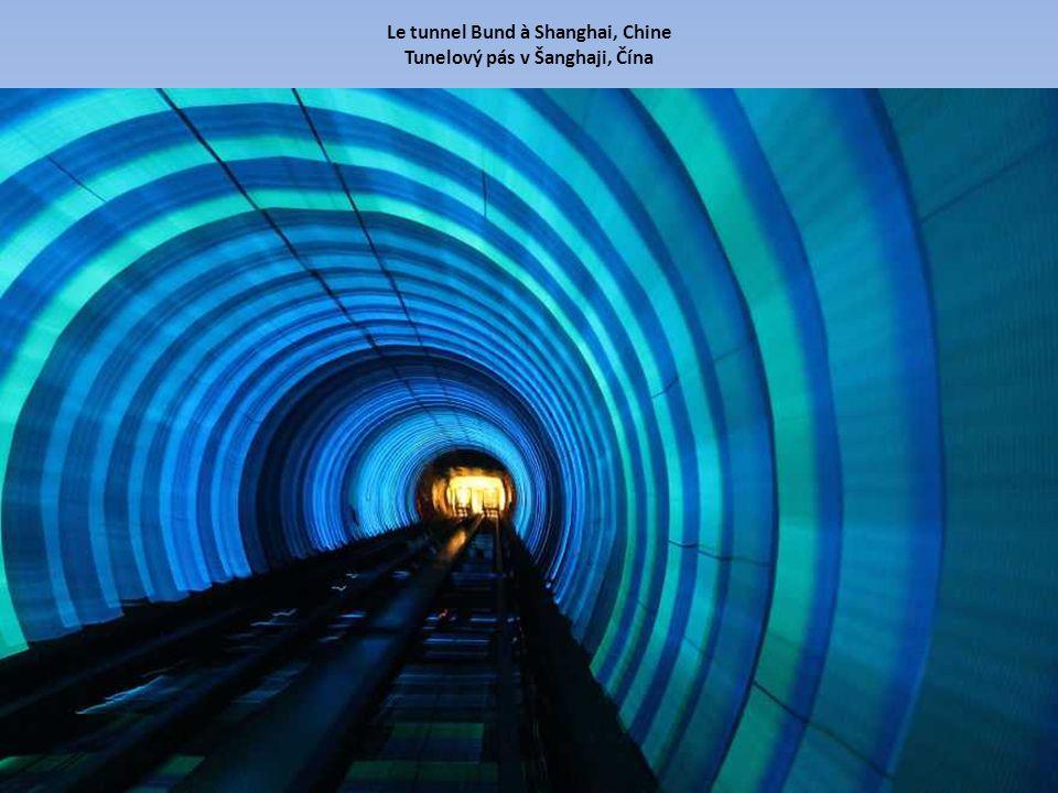 Le tunnel Bund à Shanghai, Chine Tunelový pás v Šanghaji, Čína