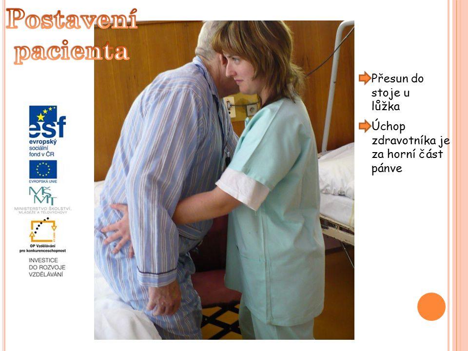 Přesun do stoje u lůžka Úchop zdravotníka je za horní část pánve