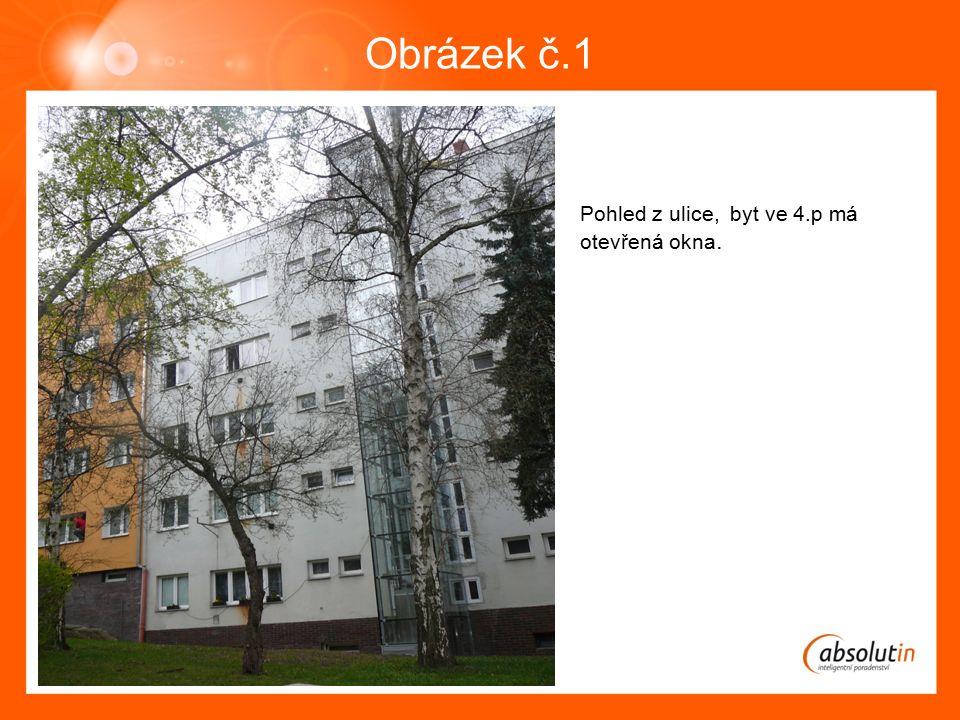 Obrázek č.1 Pohled z ulice, byt ve 4.p má otevřená okna.
