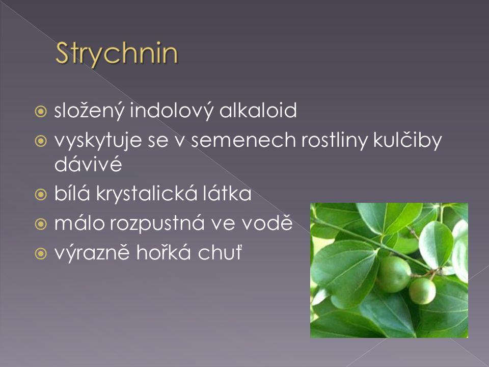  složený indolový alkaloid  vyskytuje se v semenech rostliny kulčiby dávivé  bílá krystalická látka  málo rozpustná ve vodě  výrazně hořká chuť