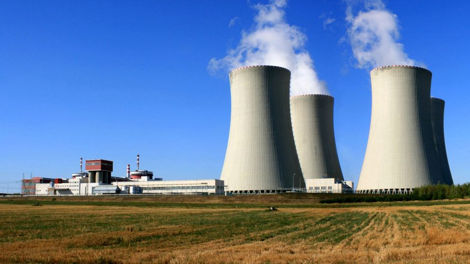 Jaderné elektrárny VÝHODY velký, stabilní a vyzkoušený zdroj relativně bezpečný na území ČR se nacházejí zásoby uranu NEVÝHODY výstavba elektráren je