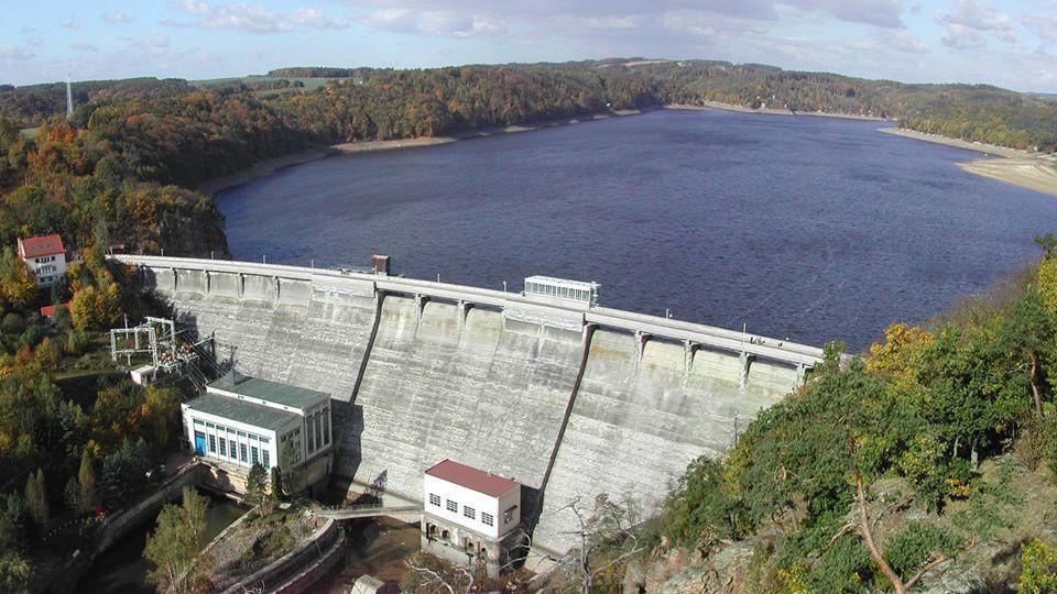 Vodní elektrárny VÝHODY obnovitelný a čistý zdroj energie bez produkce skleníkových plynů přehrady slouží také k rekreaci, příp.
