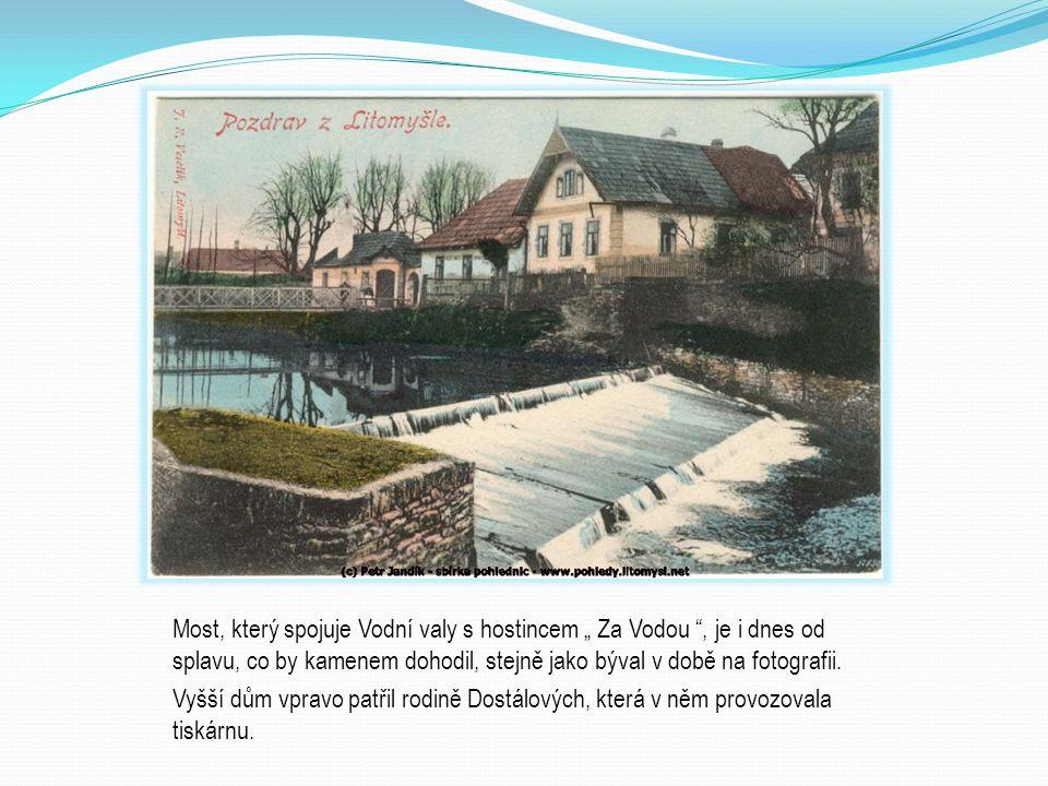 """Most, který spojuje Vodní valy s hostincem """" Za Vodou """", je i dnes od splavu, co by kamenem dohodil, stejně jako býval v době na fotografii. Vyšší dům"""