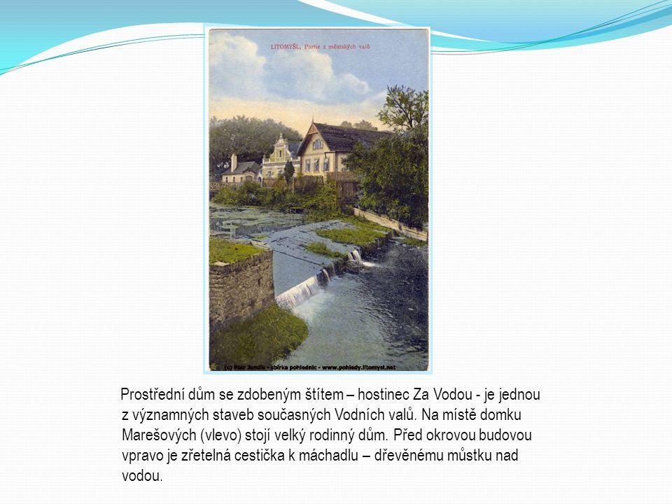 Prostřední dům se zdobeným štítem – hostinec Za Vodou - je jednou z významných staveb současných Vodních valů.