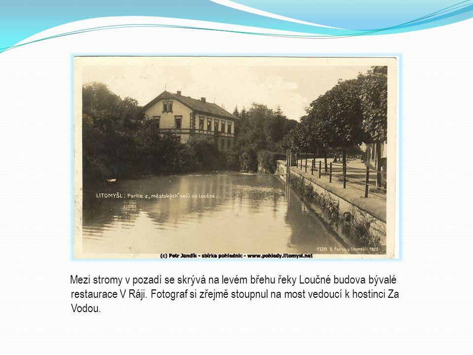 Mezi stromy v pozadí se skrývá na levém břehu řeky Loučné budova bývalé restaurace V Ráji.