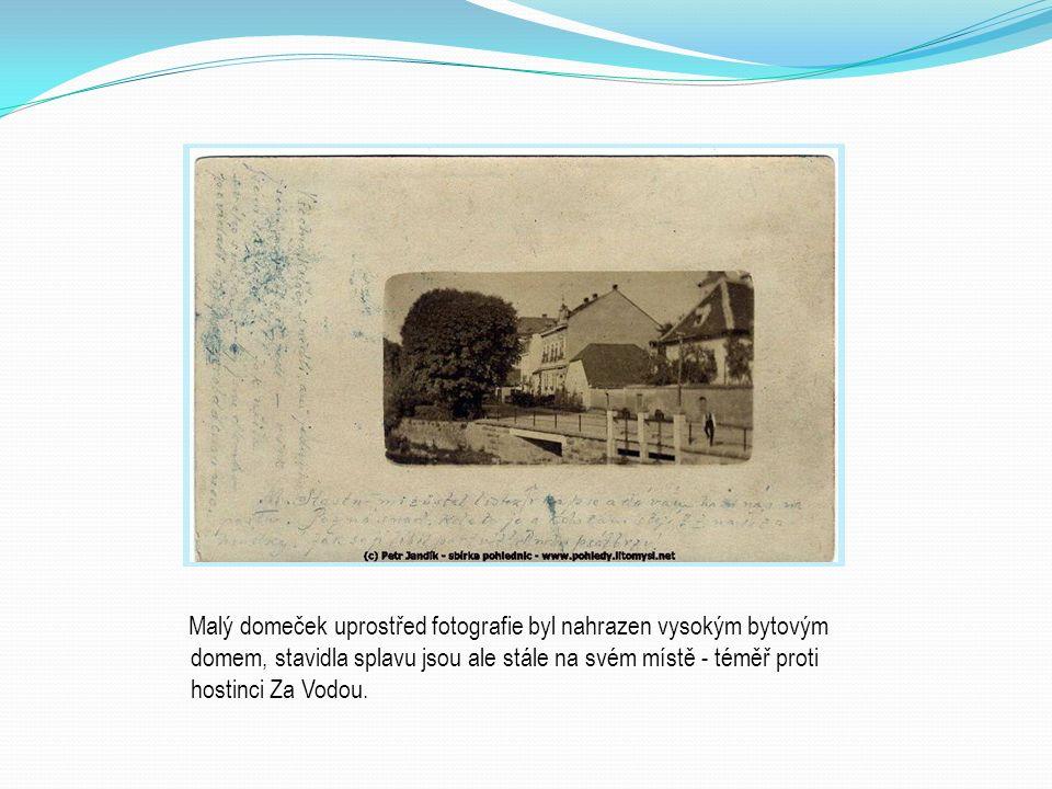 Malý domeček uprostřed fotografie byl nahrazen vysokým bytovým domem, stavidla splavu jsou ale stále na svém místě - téměř proti hostinci Za Vodou.