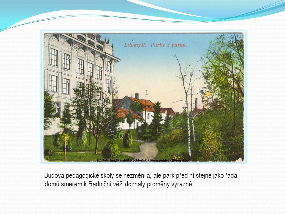 Budova pedagogické školy se nezměnila, ale park před ní stejně jako řada domů směrem k Radniční věži doznaly proměny výrazné.