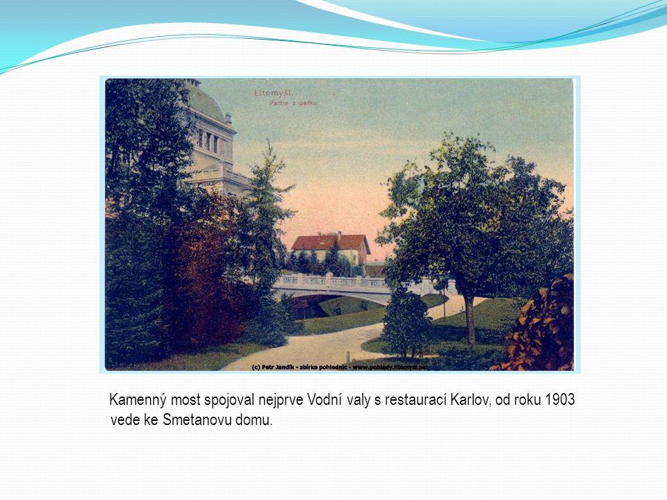 Kamenný most spojoval nejprve Vodní valy s restaurací Karlov, od roku 1903 vede ke Smetanovu domu.