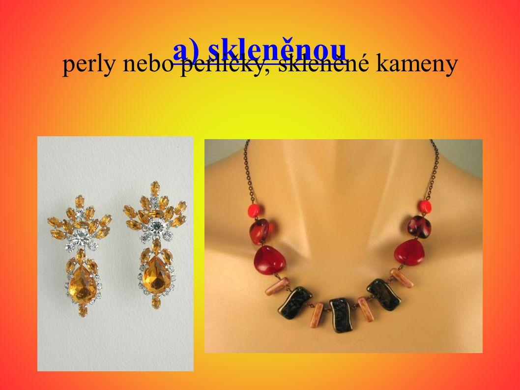 a) skleněnou perly nebo perličky, skleněné kameny