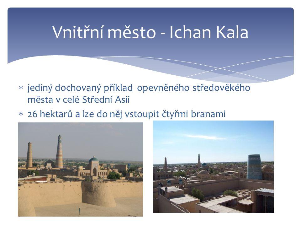  jediný dochovaný příklad opevněného středověkého města v celé Střední Asii  26 hektarů a lze do něj vstoupit čtyřmi branami Vnitřní město - Ichan Kala