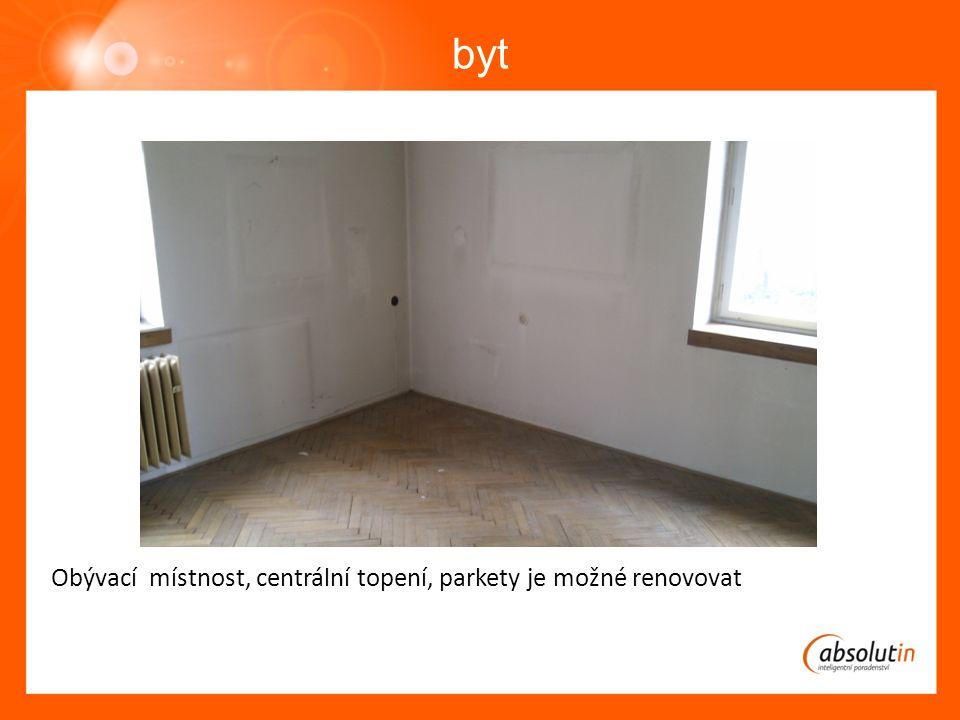 byt Obývací místnost, centrální topení, parkety je možné renovovat