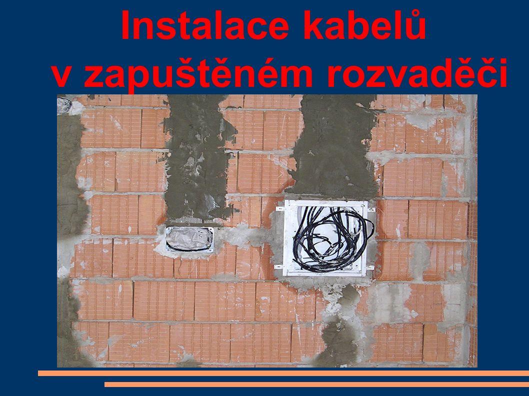 Instalace kabelů v zapuštěném rozvaděči