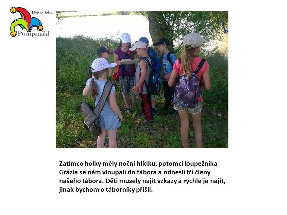 Zatímco holky měly noční hlídku, potomci loupežníka Grázla se nám vloupali do tábora a odnesli tři členy našeho tábora. Děti musely najít vzkazy a ryc