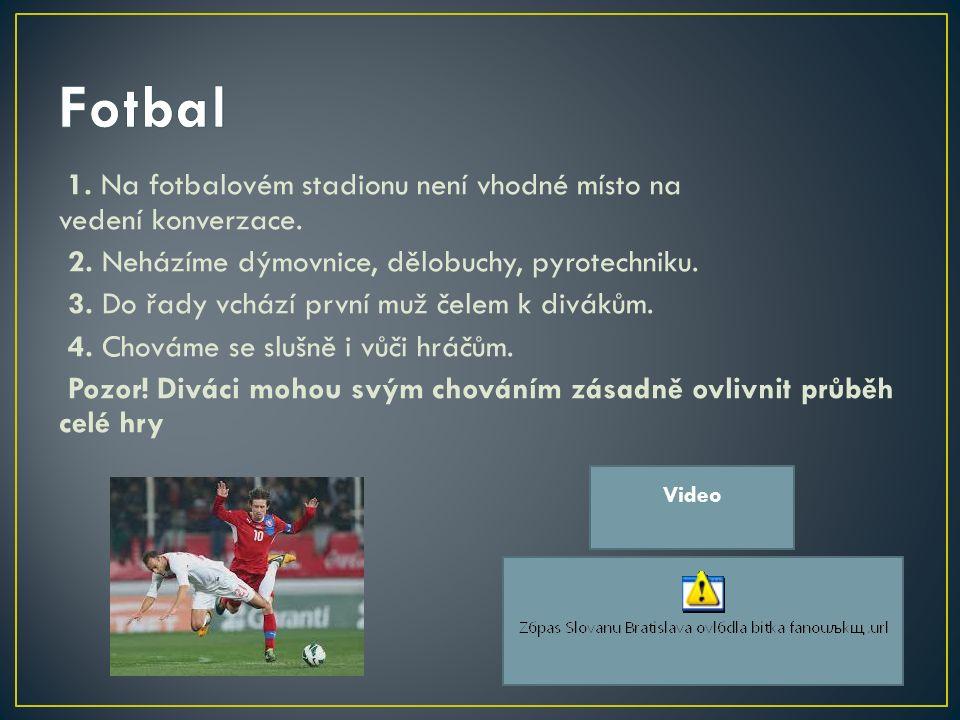 1. Na fotbalovém stadionu není vhodné místo na vedení konverzace.