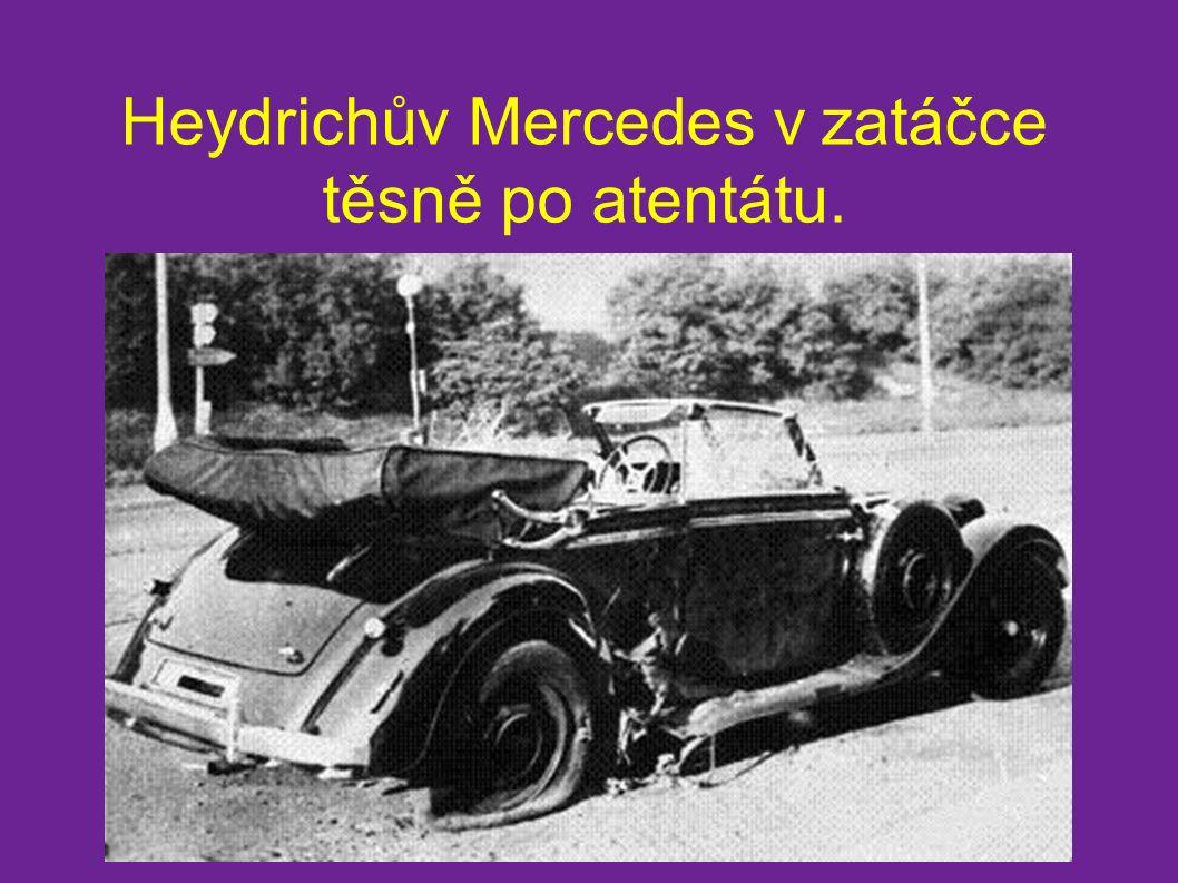 Heydrichův Mercedes v zatáčce těsně po atentátu.