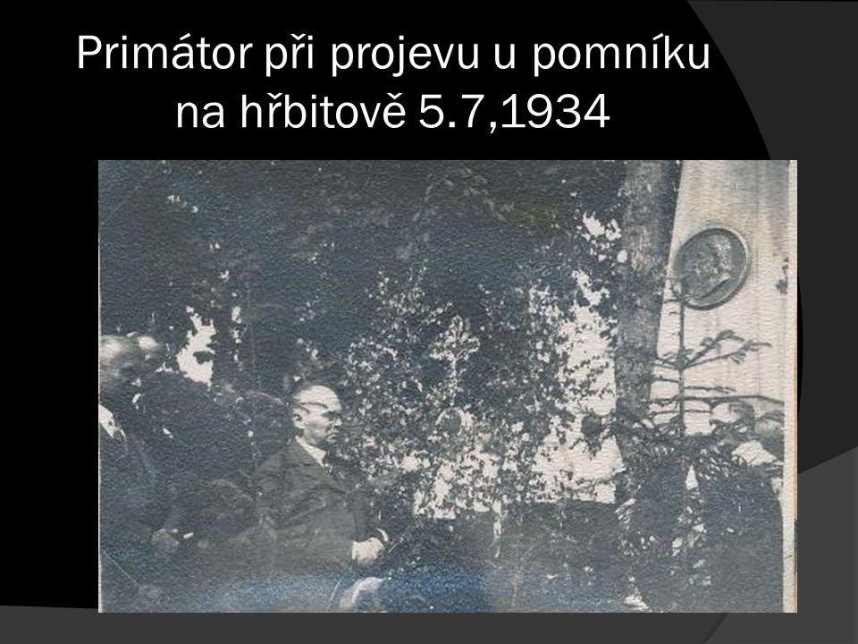 Primátor při projevu u pomníku na hřbitově 5.7,1934