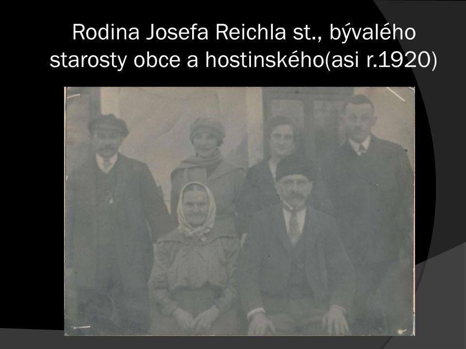 Rodina Josefa Reichla st., bývalého starosty obce a hostinského(asi r.1920)