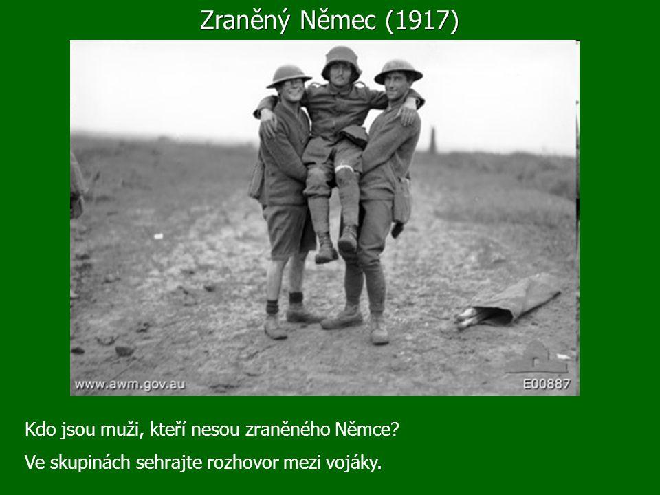 Zraněný Němec (1917) Kdo jsou muži, kteří nesou zraněného Němce.