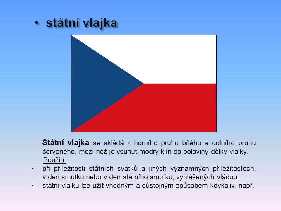 Státní vlajka se skládá z horního pruhu bílého a dolního pruhu červeného, mezi něž je vsunut modrý klín do poloviny délky vlajky.