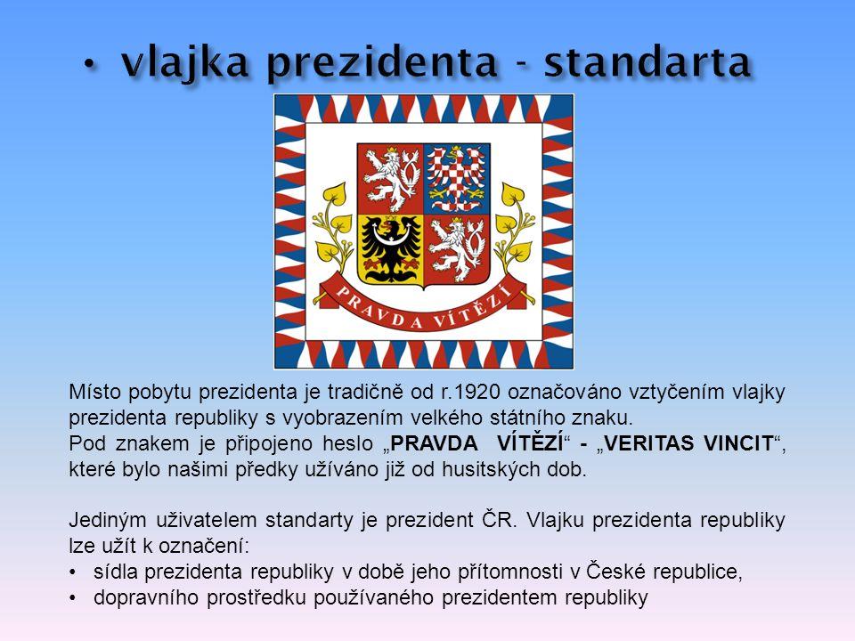 Místo pobytu prezidenta je tradičně od r.1920 označováno vztyčením vlajky prezidenta republiky s vyobrazením velkého státního znaku.