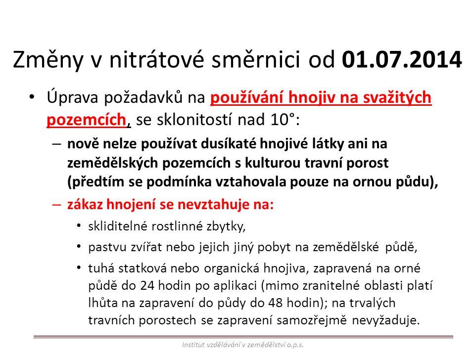 Změny v nitrátové směrnici od 01.07.2014 Úprava požadavků na používání hnojiv na svažitých pozemcích, se sklonitostí nad 10°: – nově nelze používat dusíkaté hnojivé látky ani na zemědělských pozemcích s kulturou travní porost (předtím se podmínka vztahovala pouze na ornou půdu), – zákaz hnojení se nevztahuje na: skliditelné rostlinné zbytky, pastvu zvířat nebo jejich jiný pobyt na zemědělské půdě, tuhá statková nebo organická hnojiva, zapravená na orné půdě do 24 hodin po aplikaci (mimo zranitelné oblasti platí lhůta na zapravení do půdy do 48 hodin); na trvalých travních porostech se zapravení samozřejmě nevyžaduje.