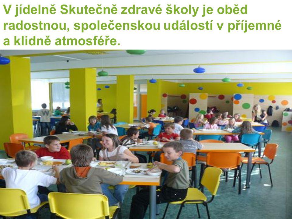 V jídelně Skutečně zdravé školy je oběd radostnou, společenskou událostí v příjemné a klidně atmosféře.