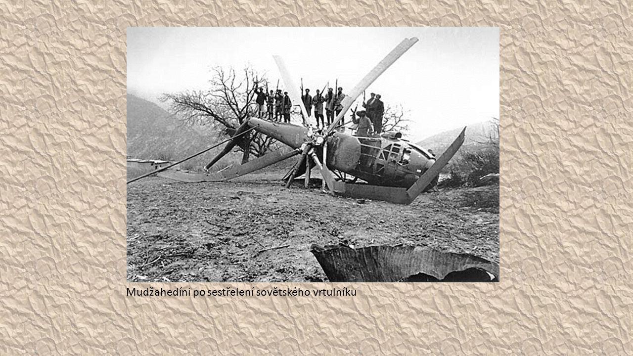 Mudžahedíni po sestřelení sovětského vrtulníku