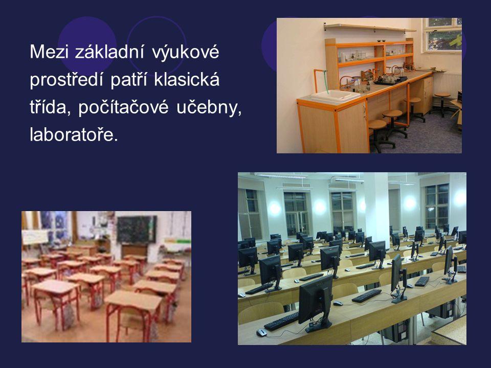 Mezi základní výukové prostředí patří klasická třída, počítačové učebny, laboratoře.