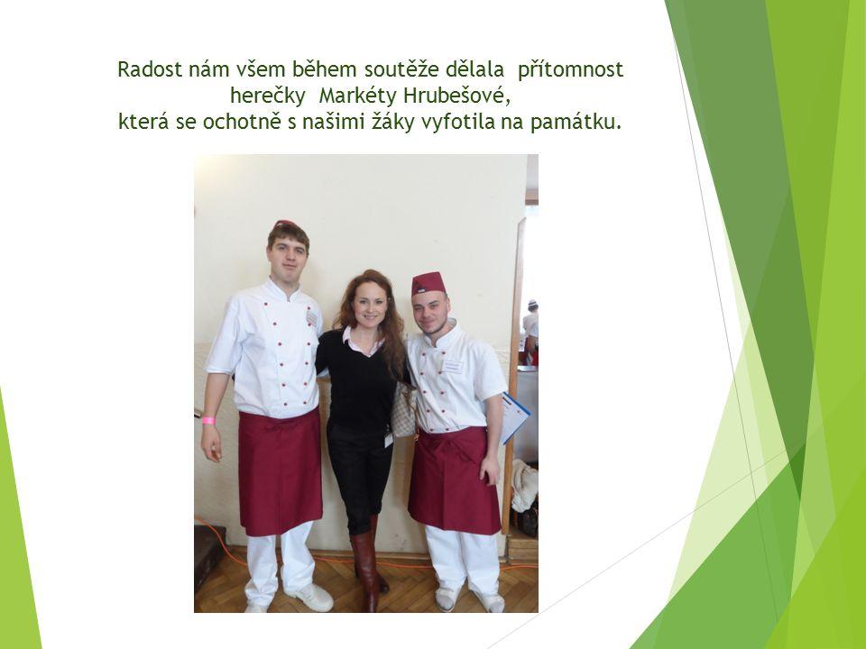 Radost nám všem během soutěže dělala přítomnost herečky Markéty Hrubešové, která se ochotně s našimi žáky vyfotila na památku.