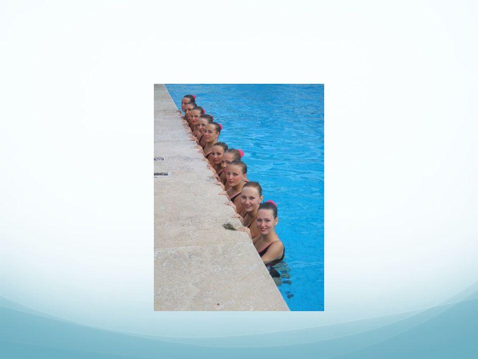 TÝDEN-všeoecné přípravné období PO: 18-20 voda (rozplavba, nácvik prvků, sestavy na hudbu) ÚT : 6-7( rozplavba, nácvik prvků, sestav na,,ťukání ), 17-17:45 běh, 18-20 voda( rozplavba, sestavy na hudbu) ST: 6-7 ( kondiční plavání+synchro kondičky), 16-17 posilování (stroje, medicinbaly, gumy, závaží) 19-20 akvaerobik (předcvičuje na suchu) ČT: 6-7 voda (kondiční plavání) PÁ: 16-16:45 suchá příprava (počítání sestav na hudbu), 17-19 voda (rozplavba, prvky, sestavy na hudbu) SO: 6-8 voda (rozplavba, polohy, prvky, sestavy s I bez hudby), 8-10 suchá příprava (posilovna, počítání, video) NE: 12-16 voda (extratrénink na duo), 18-20 voda (rozplavba, sestavy na hudbu) CELKEM HODIN: 22,5 ( 17hod voda, 5,5hod sucho) REGENERACE: místní /celková uvolňující masáž jedenkrát týdně, někdy vynechává.