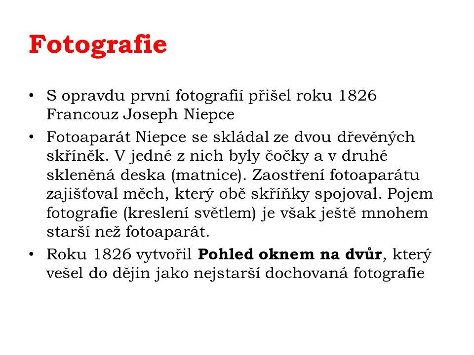 Fotografie S opravdu první fotografií přišel roku 1826 Francouz Joseph Niepce Fotoaparát Niepce se skládal ze dvou dřevěných skříněk.