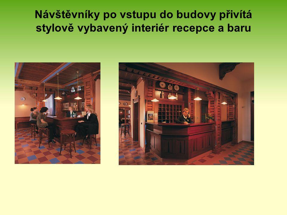 Návštěvníky po vstupu do budovy přivítá stylově vybavený interiér recepce a baru