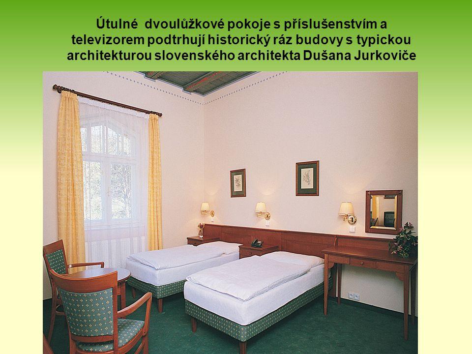 Útulné dvoulůžkové pokoje s příslušenstvím a televizorem podtrhují historický ráz budovy s typickou architekturou slovenského architekta Dušana Jurkoviče