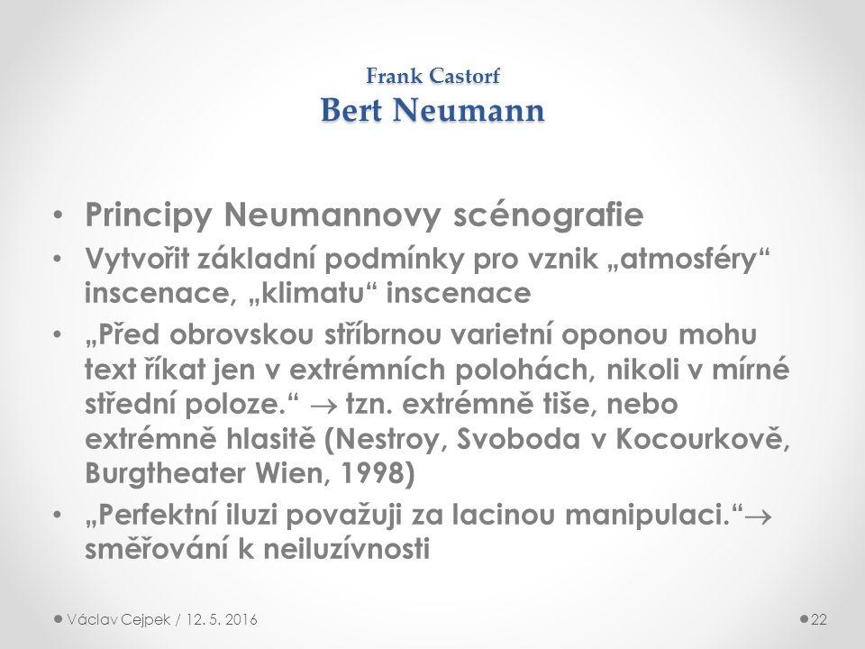 """Frank Castorf Bert Neumann Principy Neumannovy scénografie Vytvořit základní podmínky pro vznik """"atmosféry inscenace, """"klimatu inscenace """"Před obrovskou stříbrnou varietní oponou mohu text říkat jen v extrémních polohách, nikoli v mírné střední poloze.  tzn."""