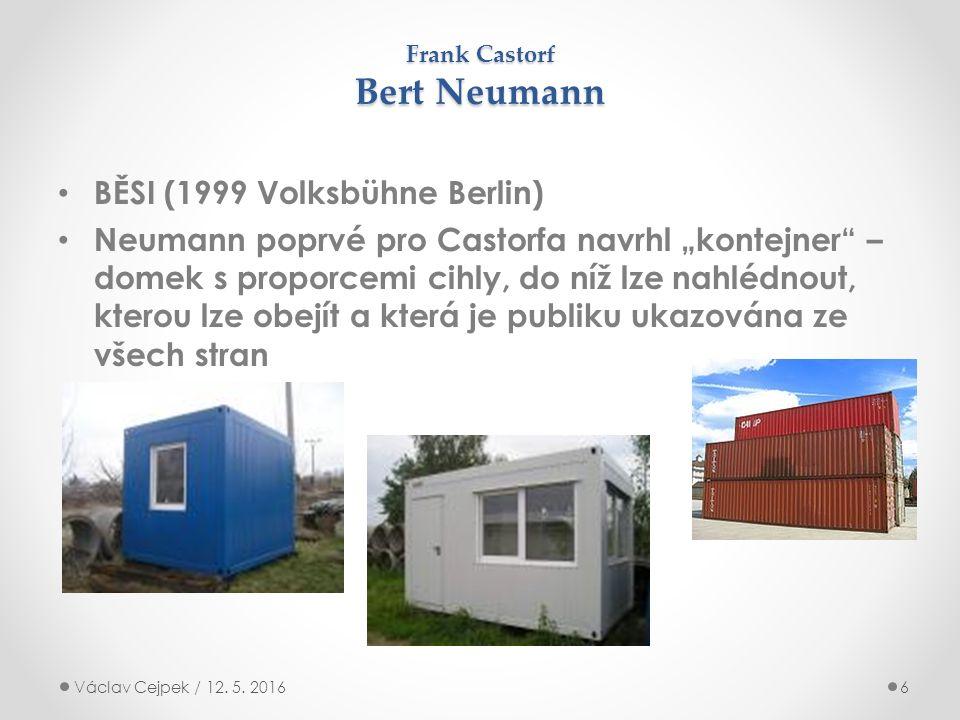 """Frank Castorf Bert Neumann BĚSI (1999 Volksbühne Berlin) Neumann poprvé pro Castorfa navrhl """"kontejner – domek s proporcemi cihly, do níž lze nahlédnout, kterou lze obejít a která je publiku ukazována ze všech stran Václav Cejpek / 12."""