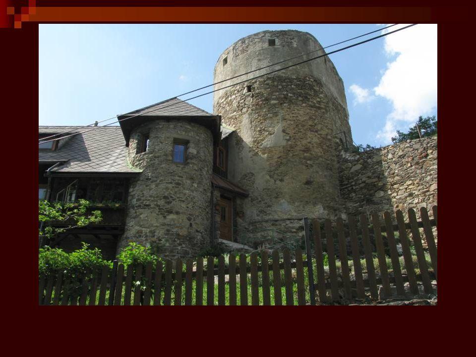 Část města lemuje středověké opevnění s baštami budované po roce 1479.