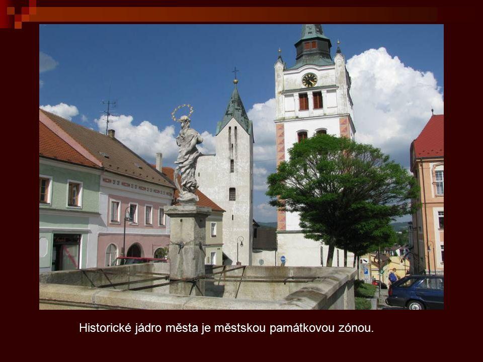 Vimperské svažité náměstí se zvonicí a gotickým kostelem Navštívení P. Marie.